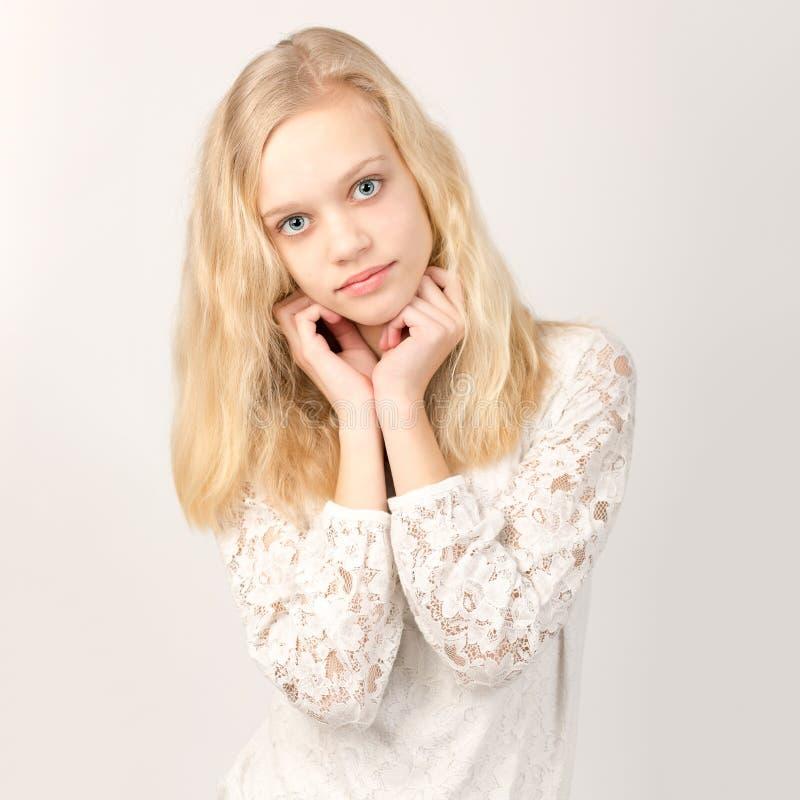Menina loura adolescente bonita com cabelo longo fotos de stock
