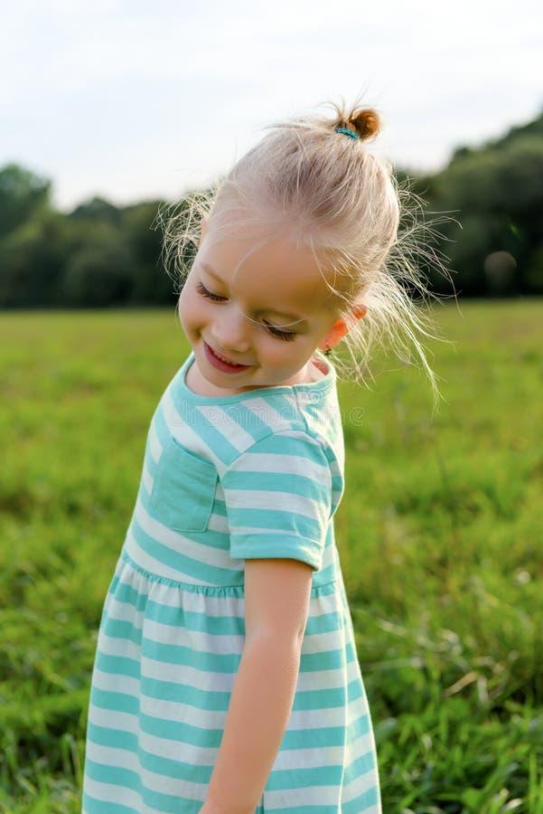 Menina loura adorável com sorriso insolente fotos de stock