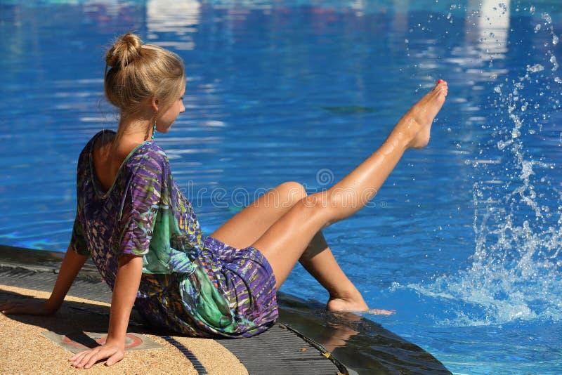 Menina loura adulta nova bonita em férias no recurso fotografia de stock