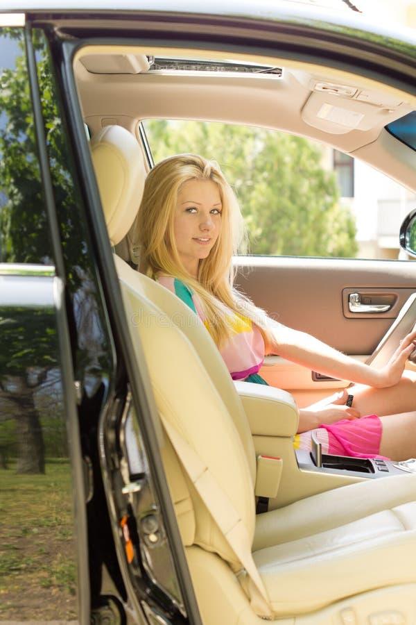 A menina loura atrativa nova assentou um carro fotos de stock royalty free