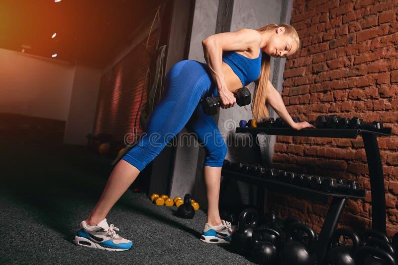 menina loura Bem-construída que aprecia dar certo no fitness center fotografia de stock royalty free