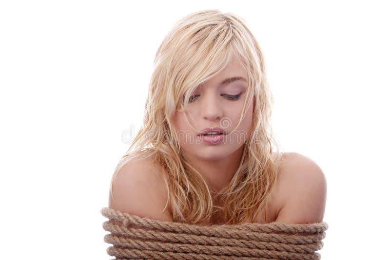 A menina loura bonita amarrada com corda imagens de stock