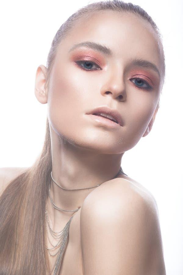 Menina loura bonita com cabelo cor-de-rosa e uma composição brilhante lisa Face da beleza fotografia de stock