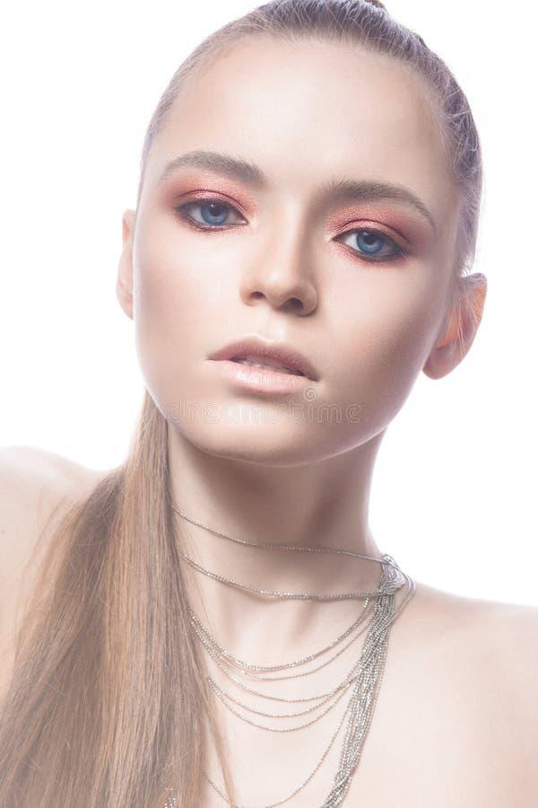 Menina loura bonita com cabelo cor-de-rosa e uma composição brilhante lisa Face da beleza imagens de stock