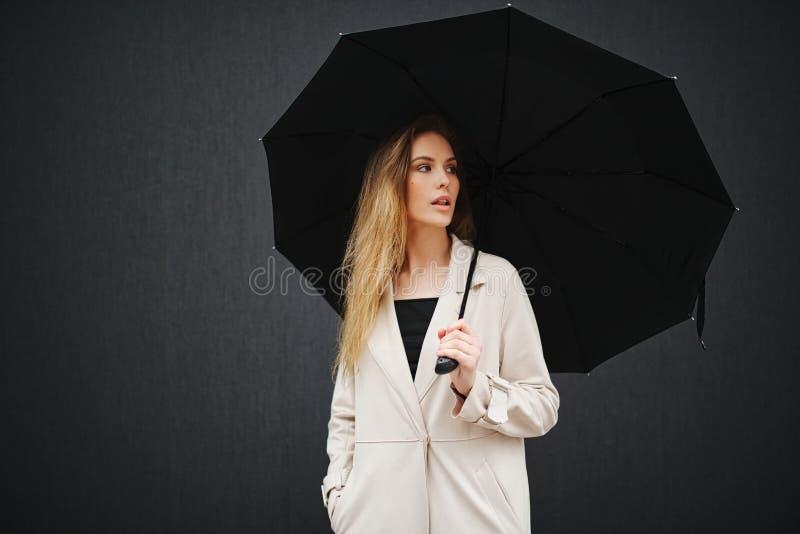 Menina loura bonita com guarda-chuva imagem de stock royalty free