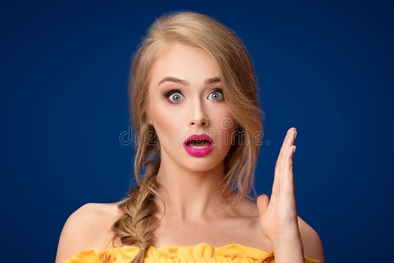 Menina loura bonita com trança e composição do encanto imagem de stock