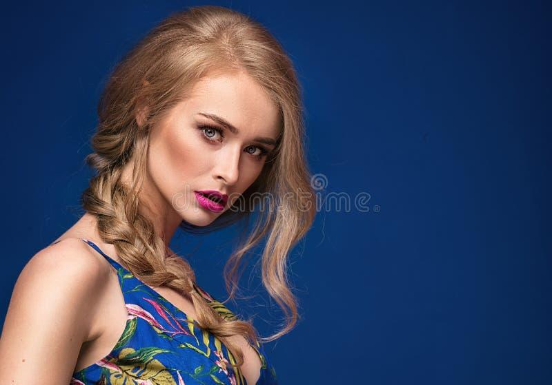 Menina loura bonita com trança e composição do encanto imagens de stock