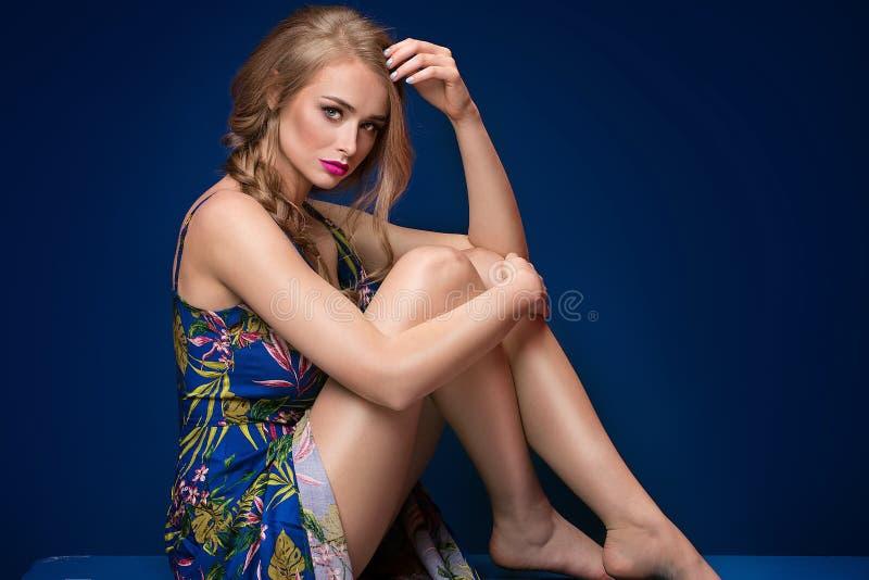 Menina loura bonita com trança e composição do encanto foto de stock