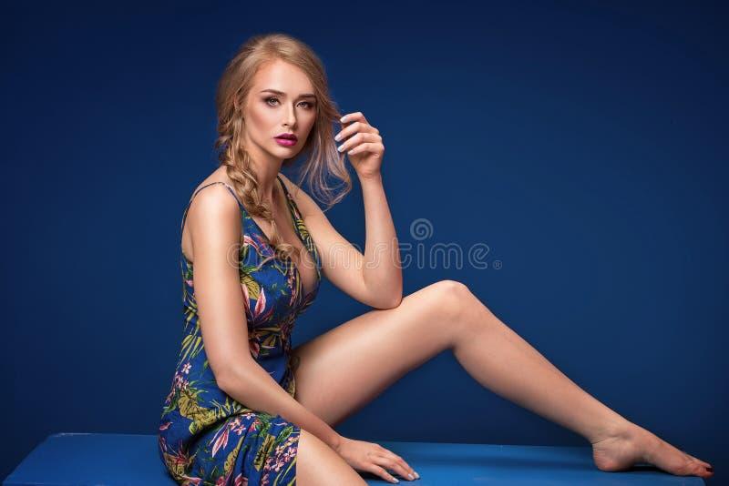Menina loura bonita com trança e composição do encanto foto de stock royalty free