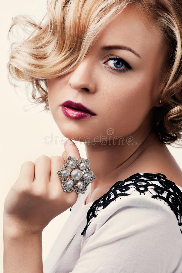 Menina loura bonita com um anel da pérola foto de stock royalty free