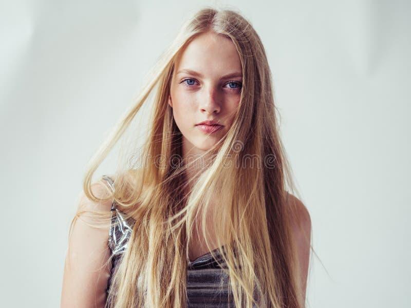Menina loura bonita da mulher com o cabelo louro longo liso e o Beau fotos de stock royalty free