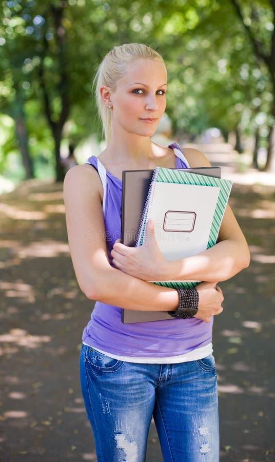 Menina loura bonita do estudante. foto de stock