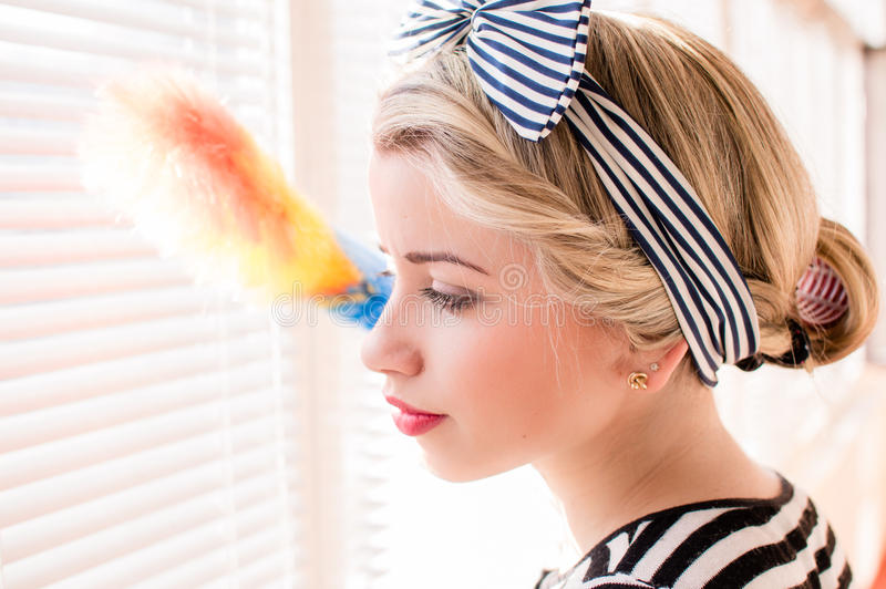 Menina loura bonita do pinup que tem cortinas de janelas da limpeza do divertimento Retrato do close up imagens de stock