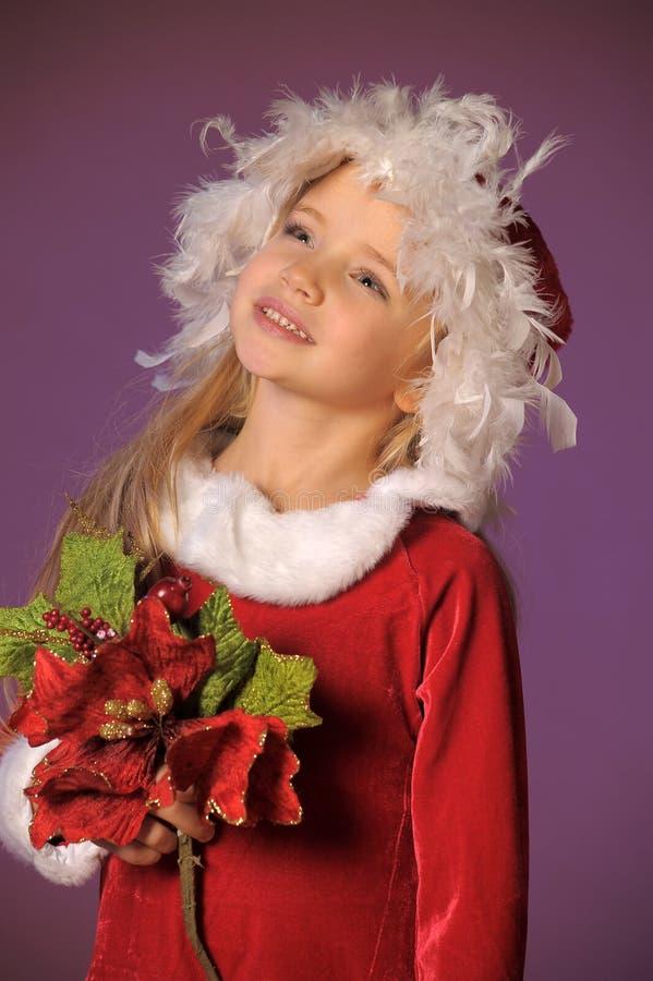 Menina loura bonita em um chapéu do Natal com um bouque do Natal fotos de stock