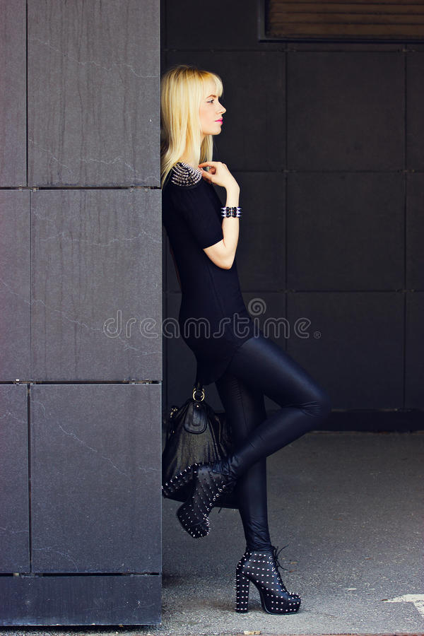 Menina loura bonita na cidade fotos de stock
