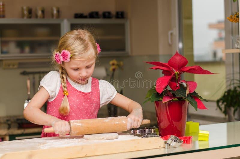 Menina loura bonita na cozinha imagem de stock