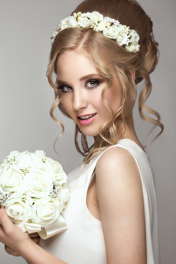 Menina loura bonita na imagem da noiva com as flores brancas em sua cabeça Face da beleza imagens de stock