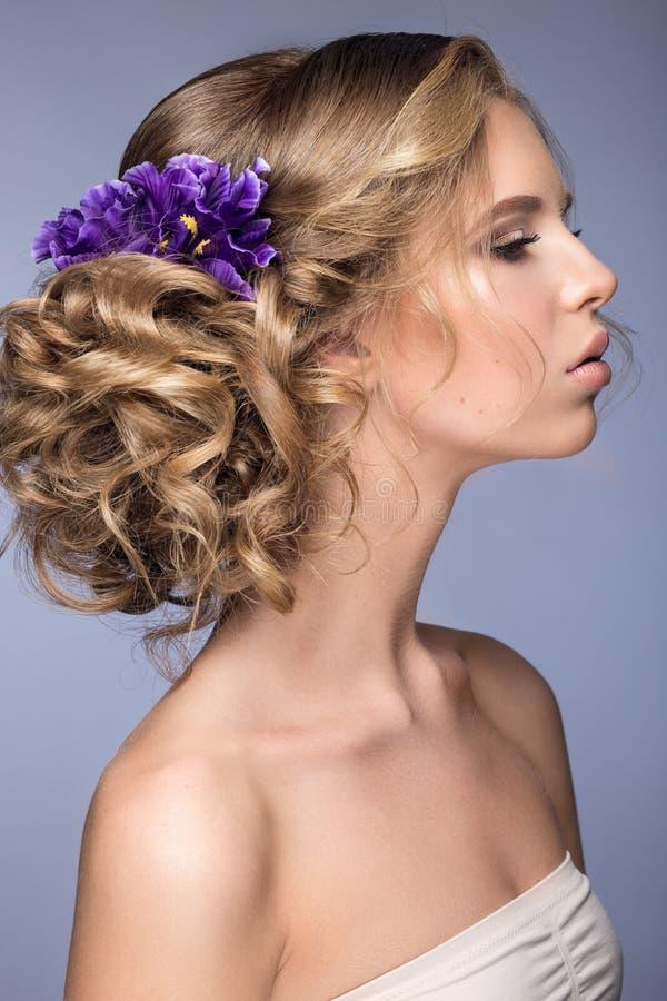 Menina loura bonita na imagem da noiva com as flores roxas em sua cabeça Face da beleza fotos de stock royalty free