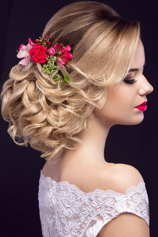 Menina loura bonita na imagem da noiva com as flores roxas em sua cabeça Face da beleza fotografia de stock royalty free