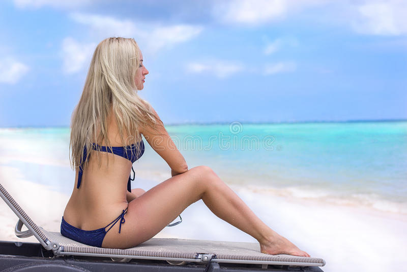 Menina loura bonita na praia do oceano fotos de stock royalty free