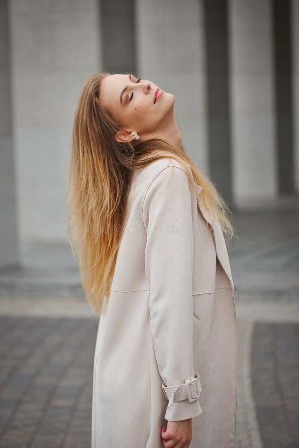 Menina loura bonita na rua fotografia de stock