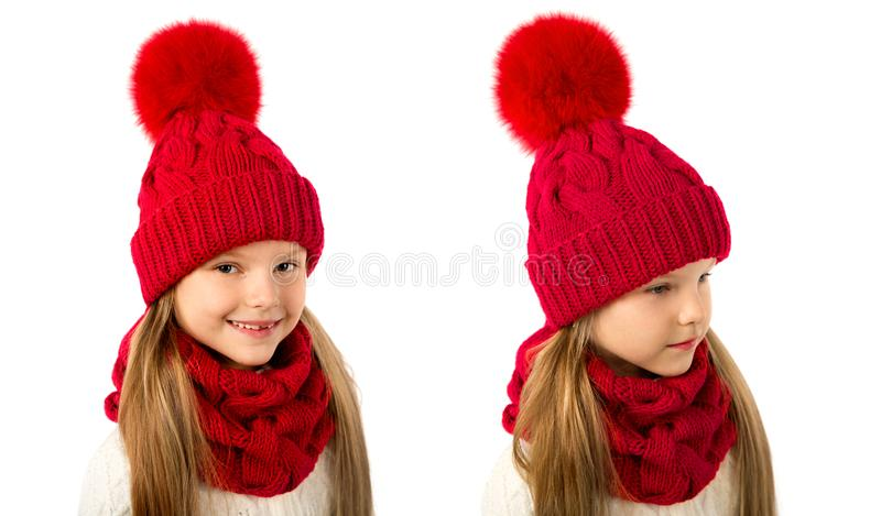 Menina loura bonita no chapéu e no lenço vermelhos mornos do inverno no branco Roupa do inverno das crianças foto de stock