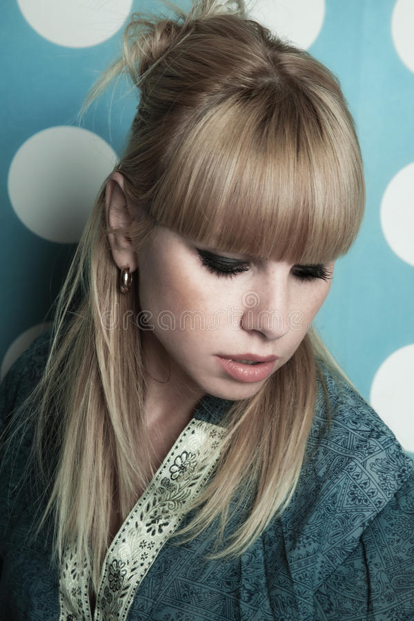 Menina loura bonita nova com cabelo longo foto de stock royalty free