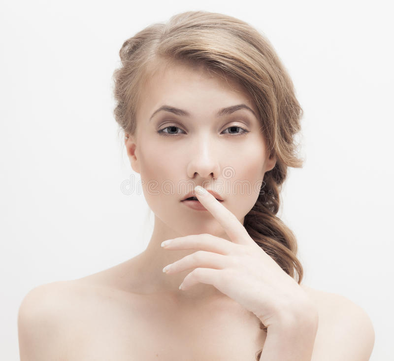 Menina loura bonita. Penteado da trança. imagens de stock royalty free