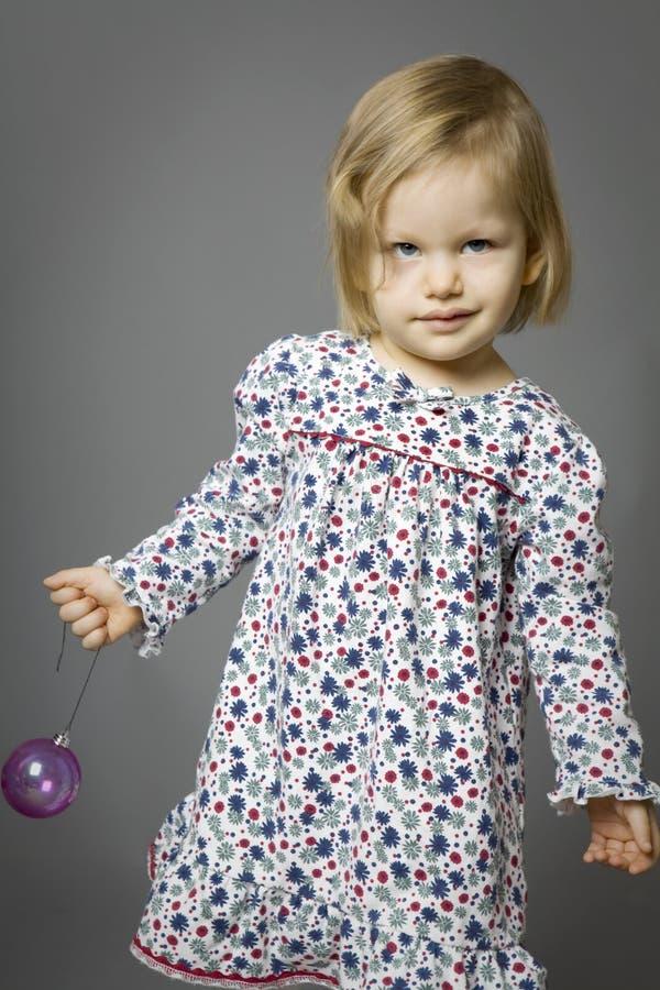 Menina loura bonito com esfera imagens de stock