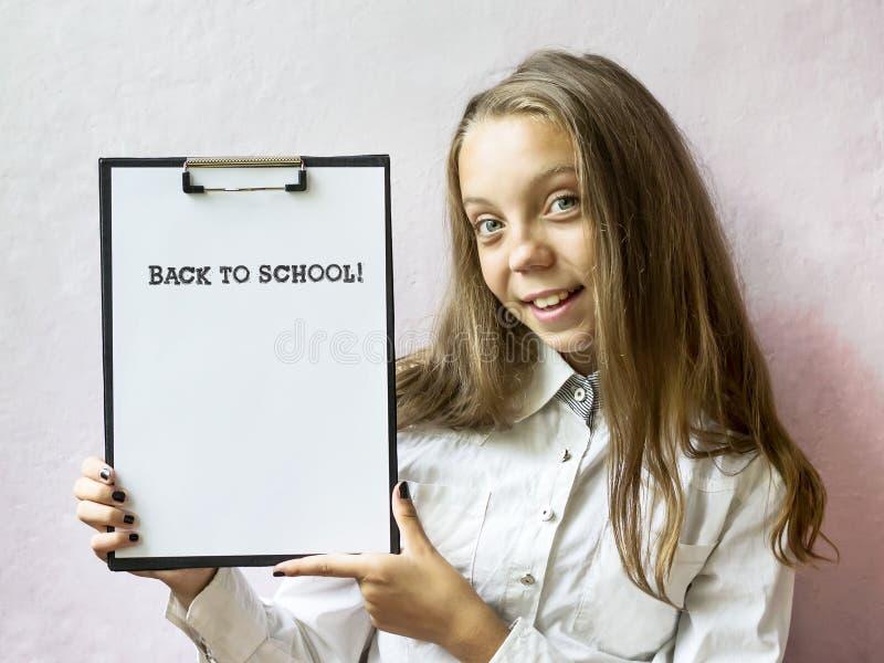 Menina loura bonito com texto de volta à escola Educação fotografia de stock royalty free