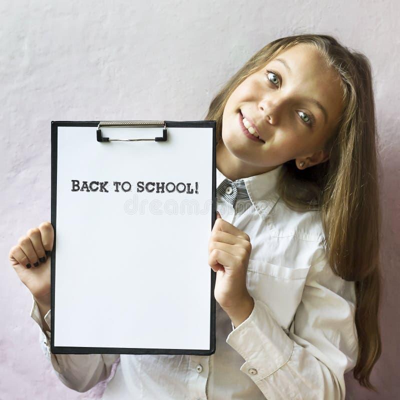Menina loura bonito com texto de volta à escola Educação fotos de stock royalty free