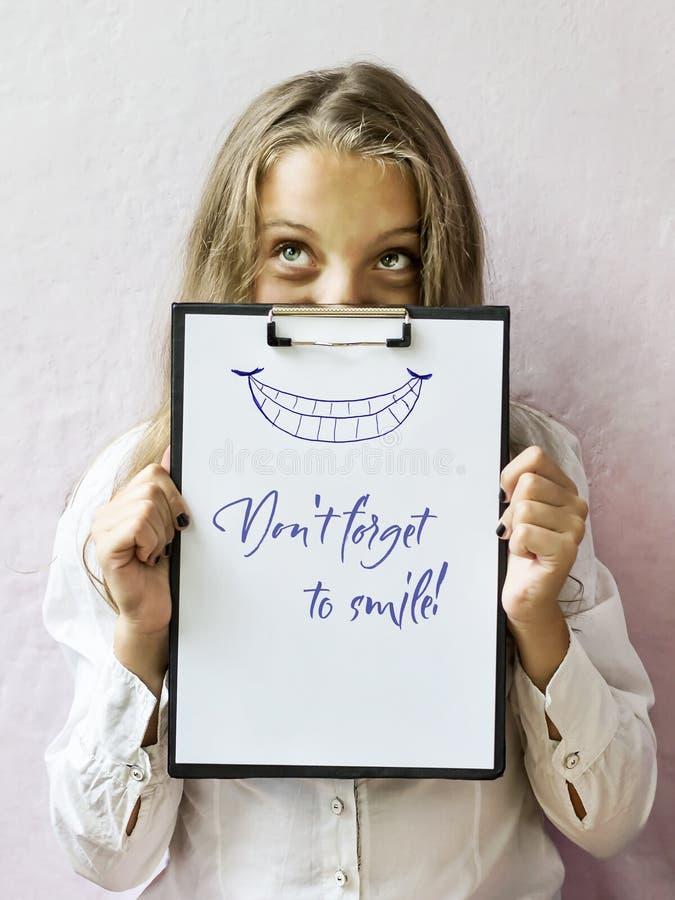Menina loura bonito com texto: O ` t de Don esquece sorrir fotos de stock