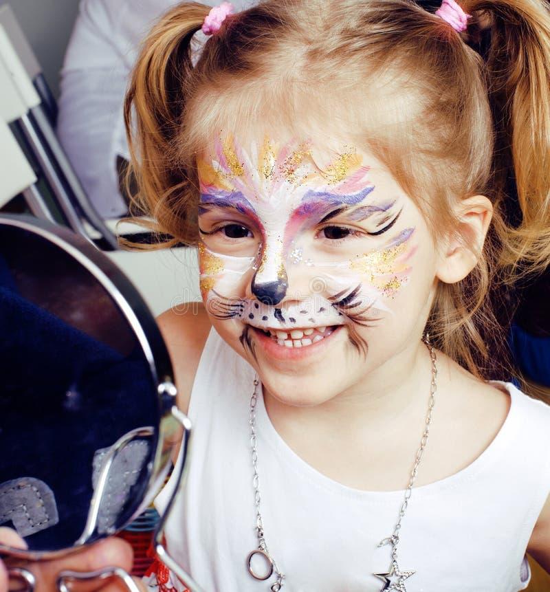 Menina loura bonito pequena com faceart na festa de anos que tem o sorriso feliz do divertimento, conceito dos povos do estilo de foto de stock royalty free