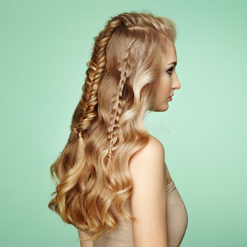 Menina loura com cabelo encaracolado longo e brilhante imagens de stock