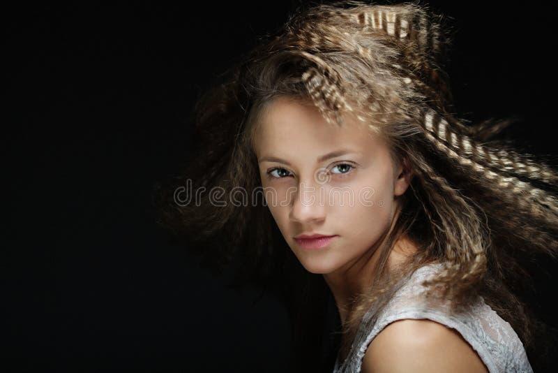 Menina loura com cabelo encaracolado Mulher modelo bonita com penteado ondulado sobre o fundo preto fotografia de stock royalty free
