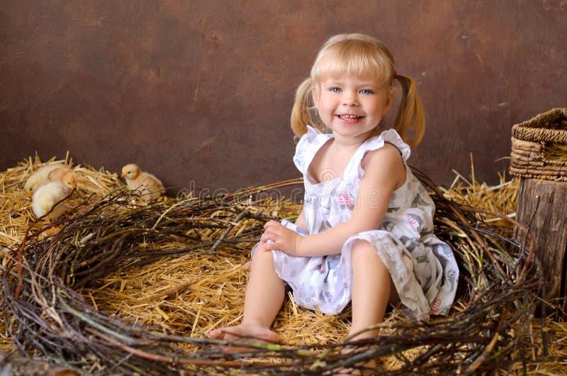 menina loura com galinhas foto de stock