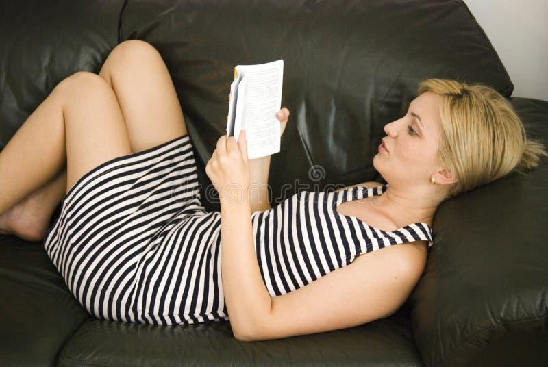 Menina loura com livro foto de stock