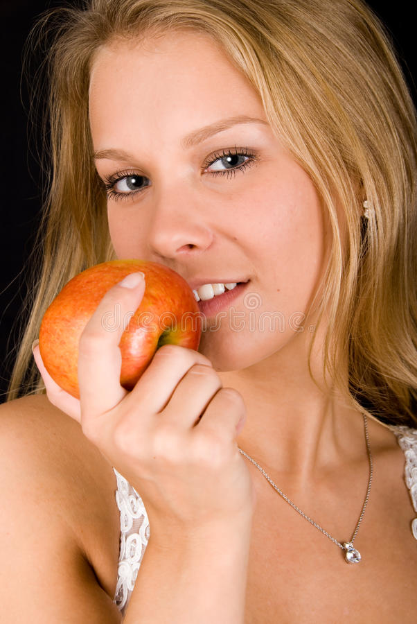 Menina loura com maçã vermelha foto de stock royalty free