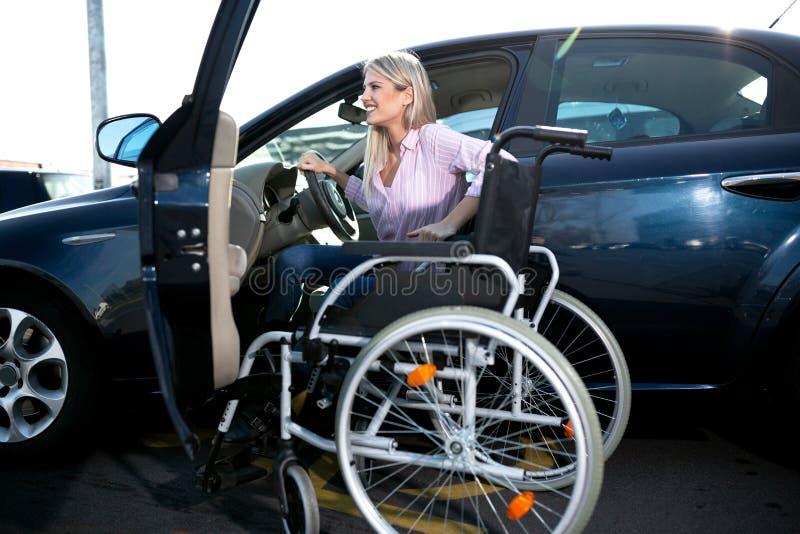 Menina loura com a perda de função do pé que senta-se no carro imagem de stock royalty free