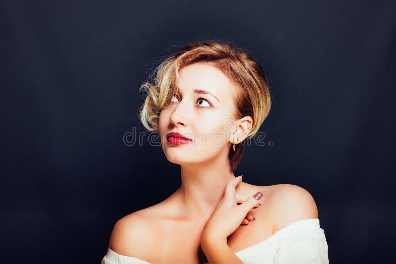 Menina loura com um corte de cabelo à moda curto sobre fotos de stock