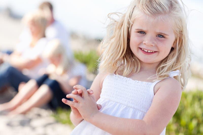 A menina loura completamente pequena tem o divertimento em uma praia fotos de stock royalty free