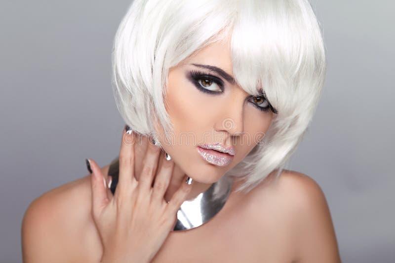 Menina loura da beleza da forma. Retrato da mulher com cabelo curto branco. imagens de stock
