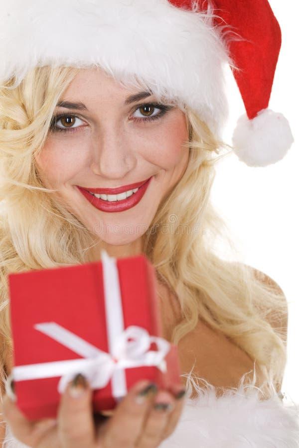 Menina loura da beleza no chapéu de Santa com presente imagem de stock
