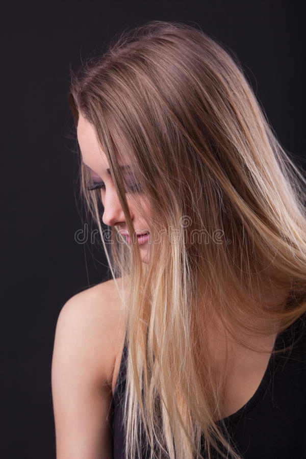 Menina loura da beleza nova no sonho imagens de stock