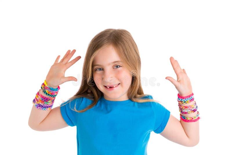 Menina loura da criança dos braceletes dos elásticos do tear foto de stock