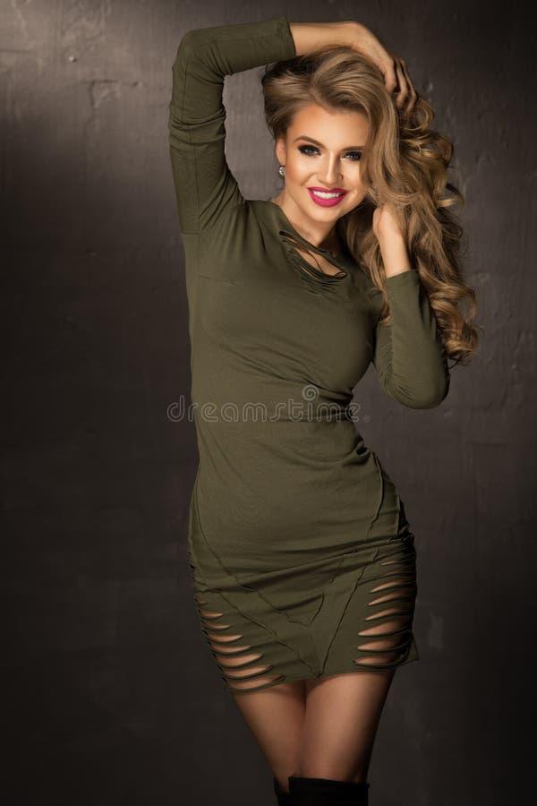 Menina loura da forma com cabelo encaracolado longo e brilhante foto de stock royalty free