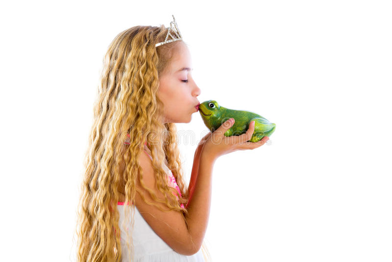 Menina loura da princesa que beija um sapo do verde da rã imagem de stock royalty free