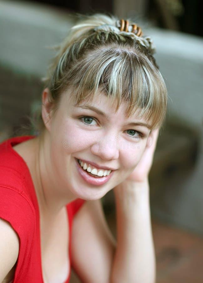 Menina loura de sorriso imagem de stock