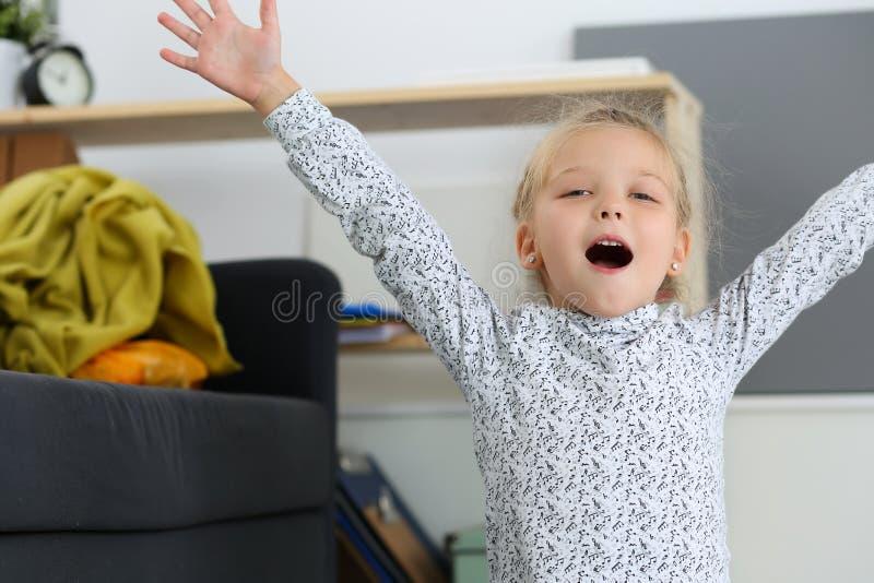 Menina loura de sorriso aumentada acima das mãos fotos de stock royalty free