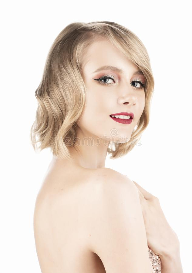 Menina loura de sorriso bonito com os olhos bonitos grandes, bordos vermelhos e penteado do estilo do vintage, vestindo um vestid imagens de stock royalty free